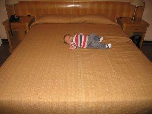 Achei interessante mostrar o tamanhinho dele na cama do hotel...