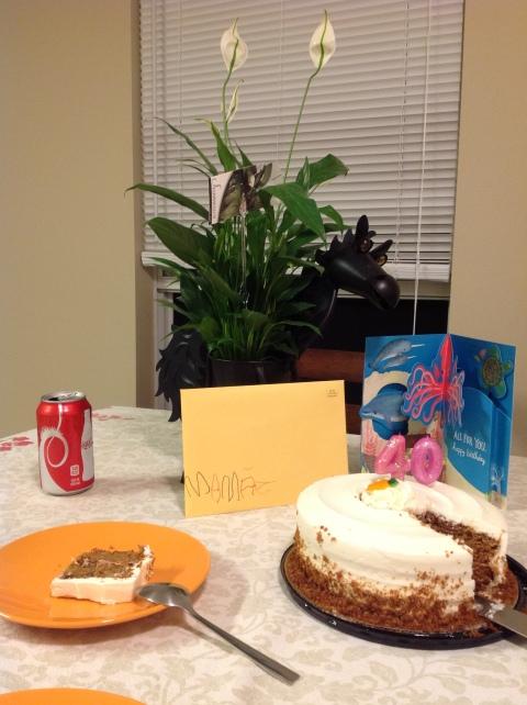 Cartao com dedicatoria para a mamae e o bolo escolhido pelo Arthur!