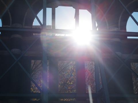 E por do sol na mesma fachada.