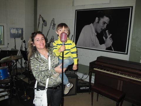 Alguma semelhanca entre o microfone do Arthur e o do Elvis na foto?