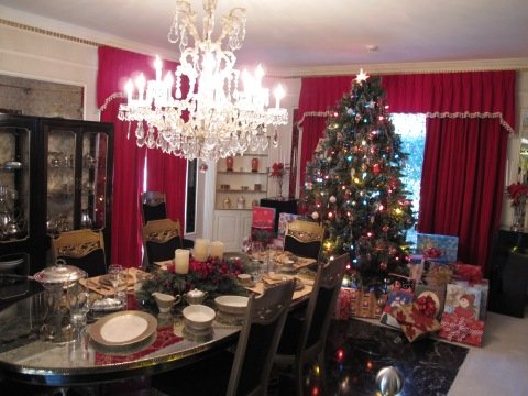 Sala de jantar enfeitada para o Natal.