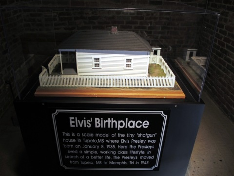 Maquete da casa onde ele nasceu. Ele veio de familia pobre, foi o primeiro da familia a completar o segundo grau. O diploma original esta no estudio da Sun Records.