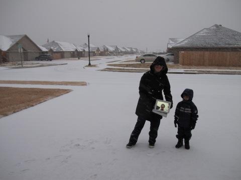 A vovo curtindo a neve remotamente...