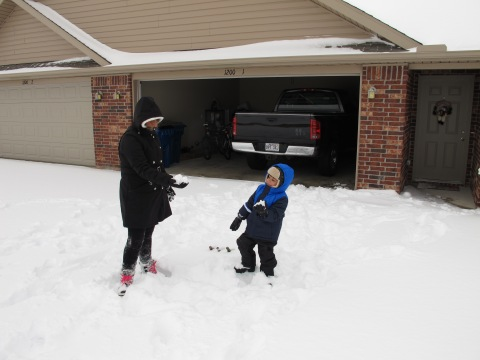 O Arthur louco para jogar bolas de neve na gente...