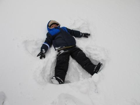 Ele matou a vontade de fazer um anjinho de neve...