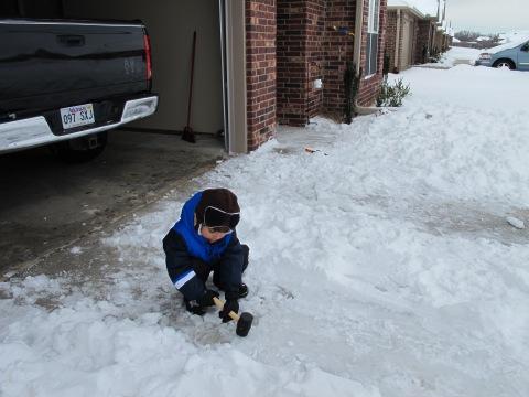 O Arthur ajudou a quebrar os pontos onde o gelo ja tinha formado...