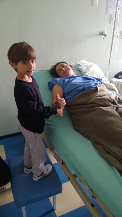 Não tem foto da Sophia com a mamãe no hospital, mas tem do Arthur visitando!